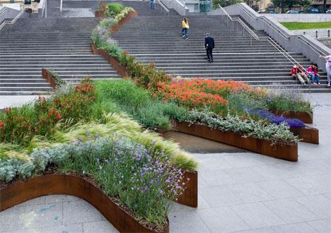 Bilbao-garden-climbs-steps